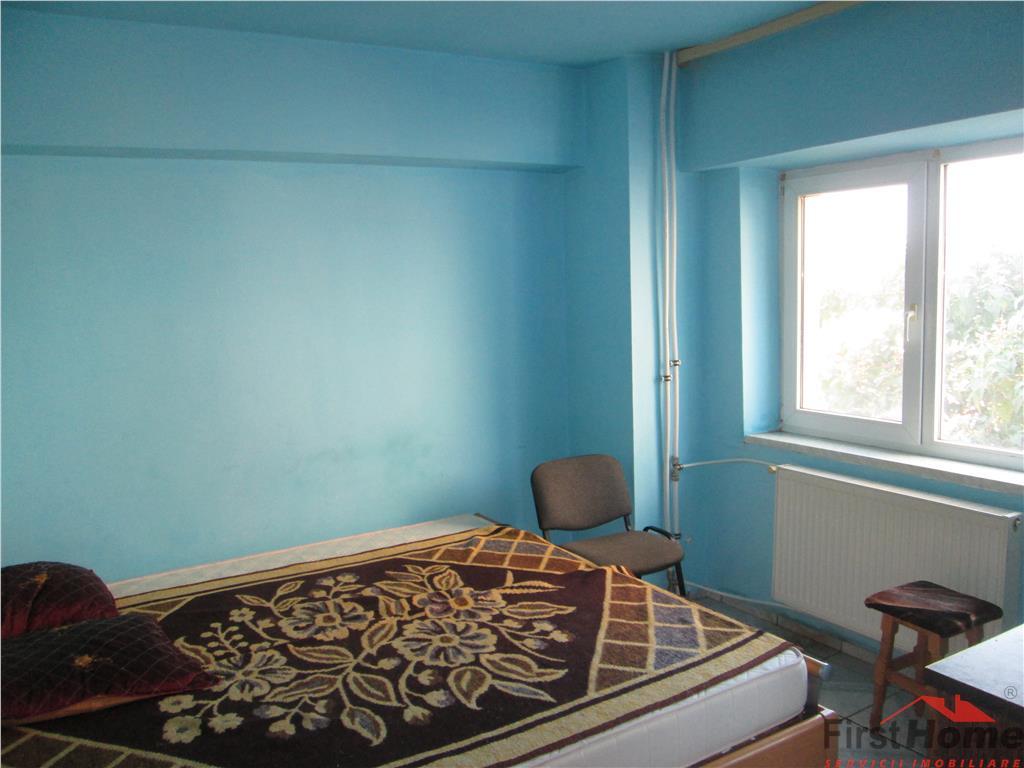 Apartament 3 camere, etaj 3/10, zona Comcereal