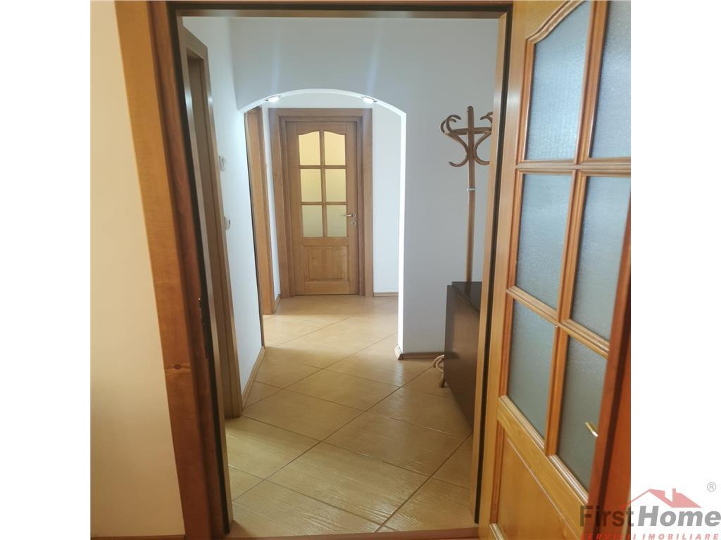 Apartament 3 camere, zona Longinescu, etaj 3 cu acoperis