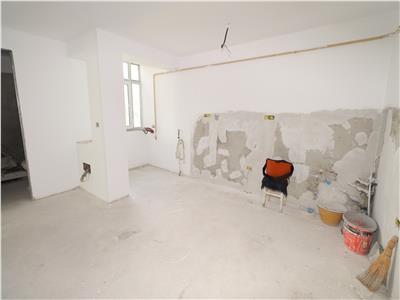 Apartament 3 camere, B-dul Bucuresti, etaj 4 cu acoperis (renovat 90%)