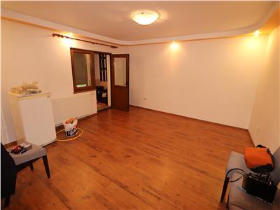 Apartament 4 camere, parter, 2 intrari din strada, zona centrala