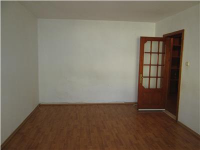 Apartament 2 camere, etaj 3/3 cu acoperis, hol patrat logie + balcon