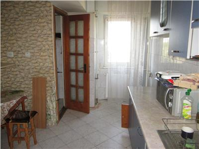 Apartament 3 camere, etaj 2/10, zona Comcereal