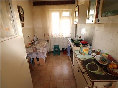 Apartament 3 camere, etaj 2, zona Petrom - sud -